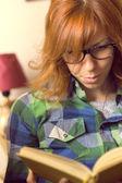 Bederní dívka s knihou — Stock fotografie
