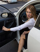 The woman gets out of the car — Stock Photo