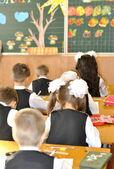 子どもたちは、教室で座る — ストック写真
