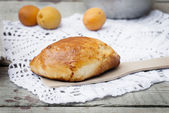 Pie with apricot on knitted napkin — Stockfoto