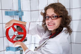 Smiling nurse holding red valve — Foto Stock