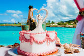 Wedding cake and bridal bouquet on a decoration table — Stock Photo