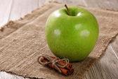 緑のりんご、黄麻布のシナモンスティックを — ストック写真