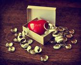 Coração vermelho pequeno em uma caixa — Foto Stock