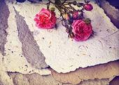 Rosen und handgeschöpftes Papier — Stockfoto