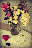 розы белые и красные сердца — Стоковое фото