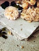 Rose bianche e carta fatta a mano — Foto Stock