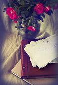 Růže, staré knihy a ručního papíru — Stock fotografie