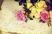 Růže a ručního papíru — Stock fotografie