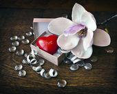 Pequeño corazón rojo en caja — Foto de Stock