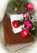 Red roses, heart and old book — Foto de Stock