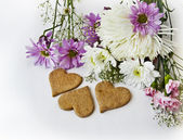 Chamomile, chrysanthemum and heart shaped coockies — Foto de Stock