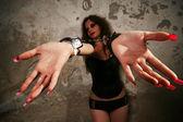 женщина с наручниками — Стоковое фото