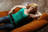 Garota descansando no sofá — Foto Stock