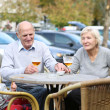Couple of seniors enjoying beer — Stockfoto