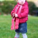 ragazza a giocare nel giardino — Foto Stock