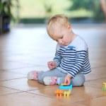 Girl playing with plastic bricks — Stock Photo #42673637