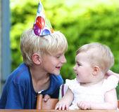 Ragazzo festeggia il primo compleanno di sua sorella — Foto Stock