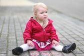 Kız pembe tebeşir ile asfalt üzerinde çizim — Stok fotoğraf