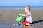 ビーチに水まき缶を持つ少女 — ストック写真