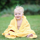 Baby having fun sitting on green grass — Stock Photo