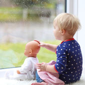 Bebek bebek ile oturan kız — Stok fotoğraf