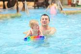 Father teaching his toddler daughter to swim — Stockfoto