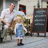 父と娘のイタリアン カフェ — ストック写真