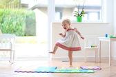 Chica divertirse bailando en interiores — Foto de Stock