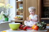 Garota comendo o saborosa páprica — Fotografia Stock