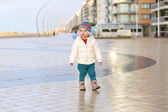 Girl walks on the promenade along the beach — Stock Photo