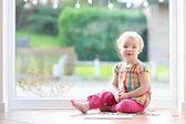 Fille jouant avec des puzzles — Photo