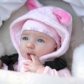 Baby girl sucking her fingers — Stock Photo