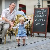 Father and his daughter having fun together in Italian cafe — Stock Photo