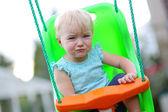 Salıncakta parkında oturan kız bebek — Stok fotoğraf