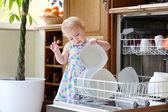 Chica tomando placas de plato lavadora — Foto de Stock