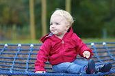 Garota relaxante em um balanço líquido no playground — Fotografia Stock