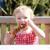 Grappige kind eten van vlees — Stockfoto