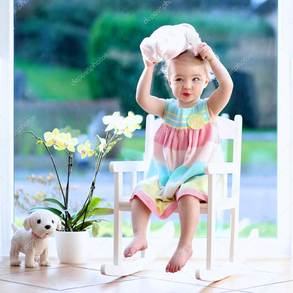 uma cadeira de balanço em branco quarto ensolarado — Fotografias de  #0B3A40 1024x1024