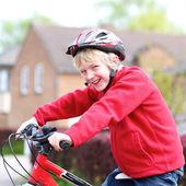 彼の自転車に乗って少年 — ストック写真