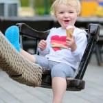 Happy little girl enjoying ice cream outdoors in the park — Stock Photo