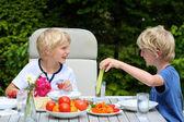 Dva mladí kluci mají zdravý oběd venku — Stock fotografie
