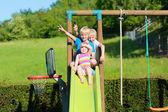 Mutlu çocuklar oyun alanında eğleniyor — Stok fotoğraf