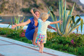 Mother and little daughter enjoying summertime outdoors — Stock Photo