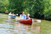 父亲和儿子在河上划独木舟 — 图库照片