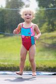 Graciosa niña saltando en trampolín — Foto de Stock