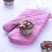 Chocolate Muffins with White Chocolate Chips and Raspberries — Stock Photo