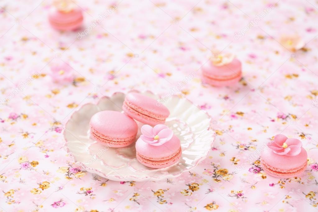 빛에 흰 접시에 핑크 macarons 핑크 꽃무늬 식탁보 — 스톡 사진 ...