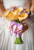 花嫁の花を持つ — ストック写真