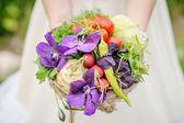 Braut mit blüten — Stockfoto